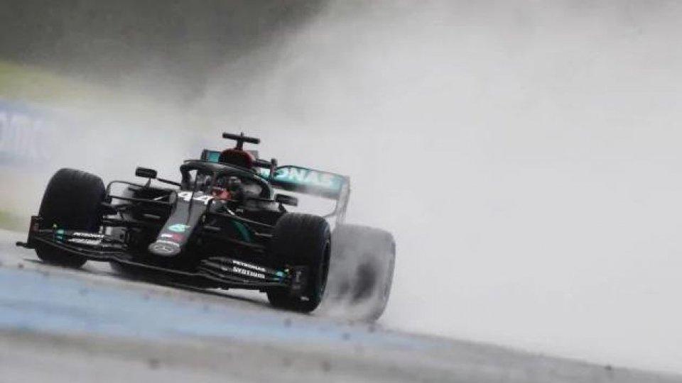 F1, in Stiria pole di Hamilton sotto il diluvio. Male le Ferrari