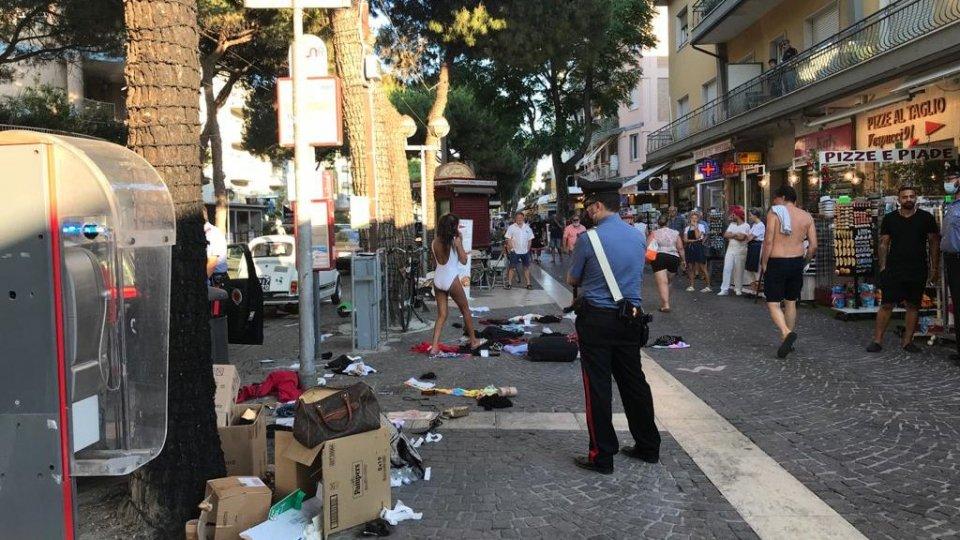 Rimini: si spoglia e svuota valige in strada