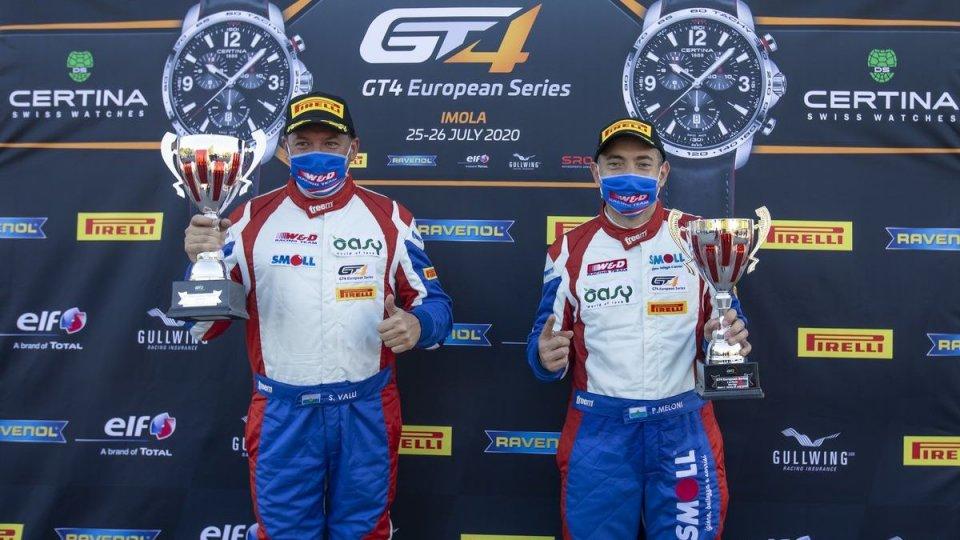 A Imola nella gt4 european series gara 2 in rimonta per Stefano Valli e Paolo Meloni dopo la vittoria di sabato