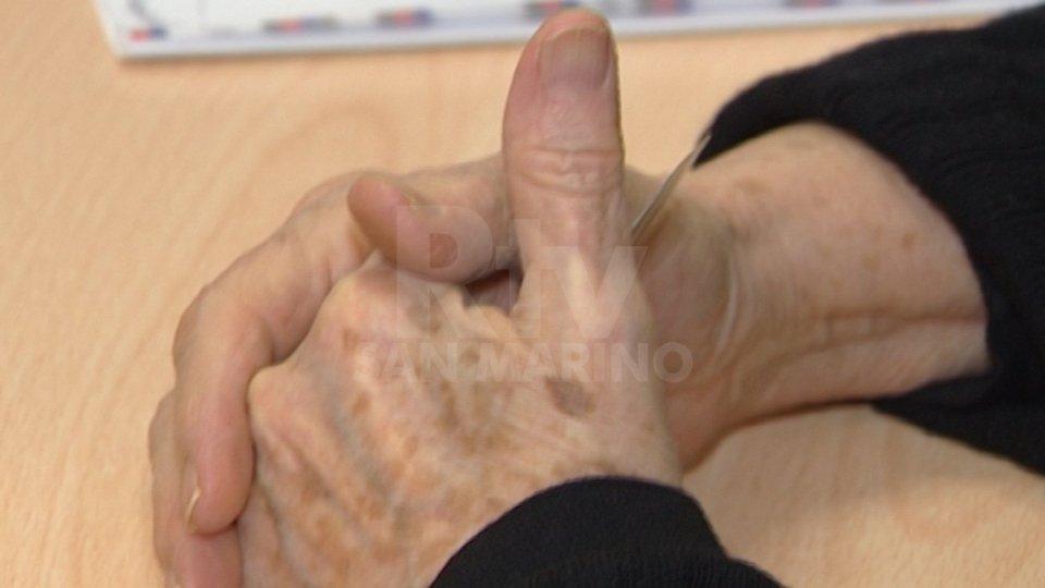 Adescava anziani fragili, li maltrattava e derubava, arrestata dai Carabinieri