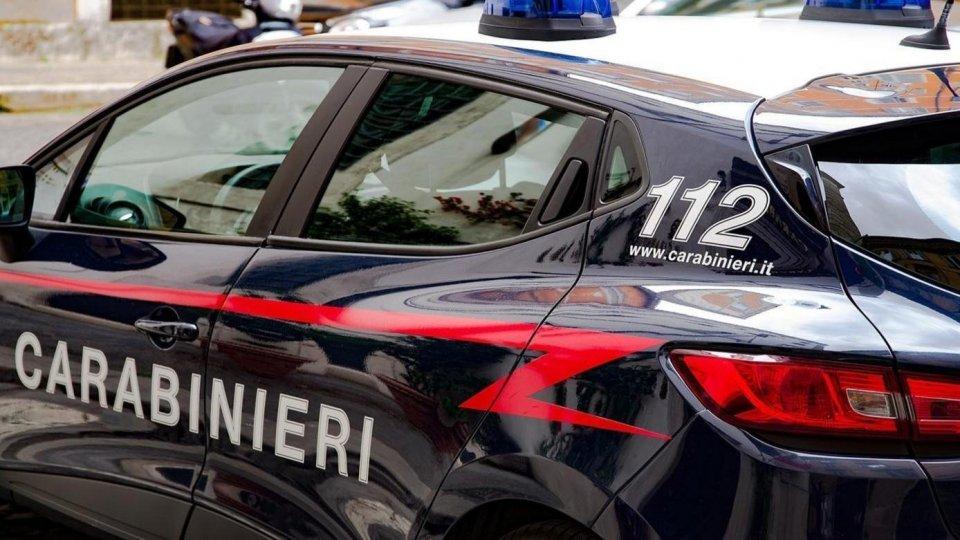 Lei lo aspetta in camera da letto, ma entrano i Carabinieri