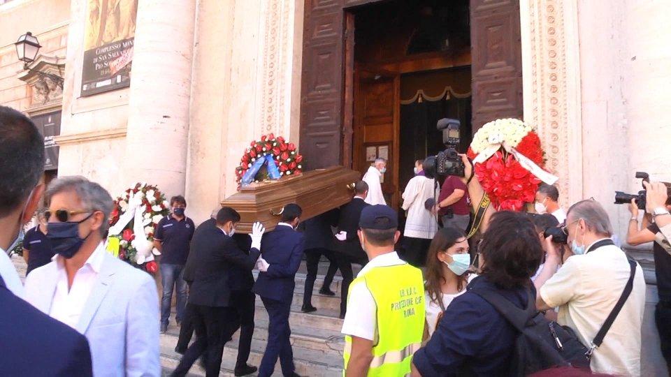 l'arrivo del feretro in chiesa