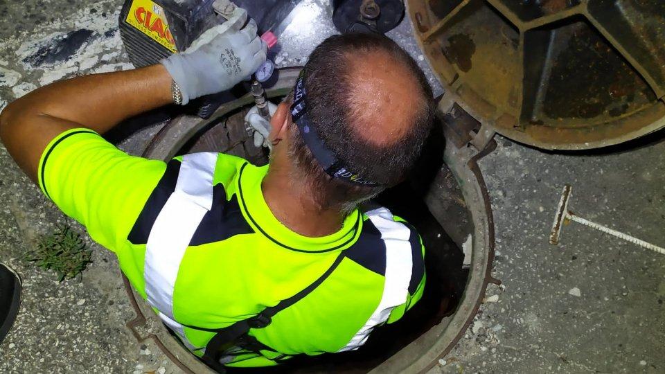 L'intervento nelle fogneSversamento Faetano: problema sostanzialmente risolto a Cà Chiavello, ma permangono cattivi odori nell'aria