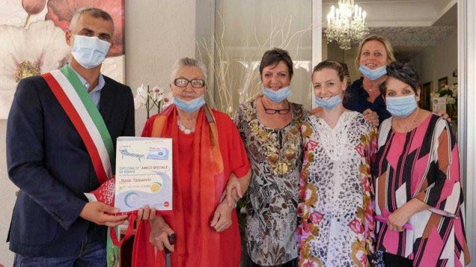 Da 50 anni in Riviera, premiata la fedeltà della signora Rosa