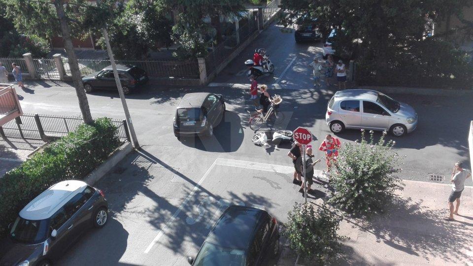 Non rispetta lo Stop: scooter contro auto a Rimini