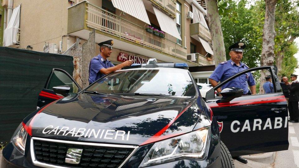 Rimini, aggredisce i carabinieri e aizza contro il suo cane. Arrestata