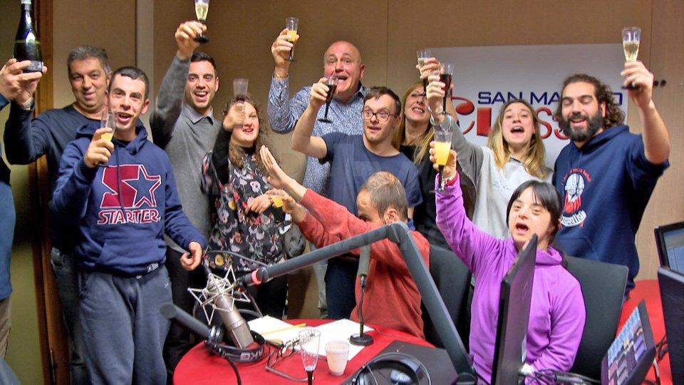"""Una puntata speciale di """"Radio Tutti"""". Ospite in studio e imitatore, il comico Carlo Frisi"""