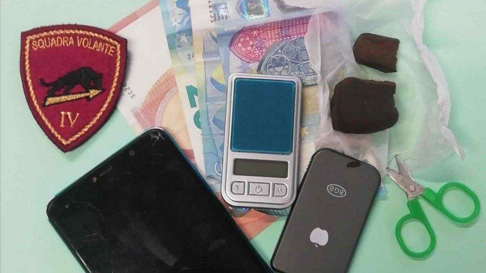 Tra una pausa e l'altra dal lavoro in hotel spacciava hashish: arrestato dalla Polizia