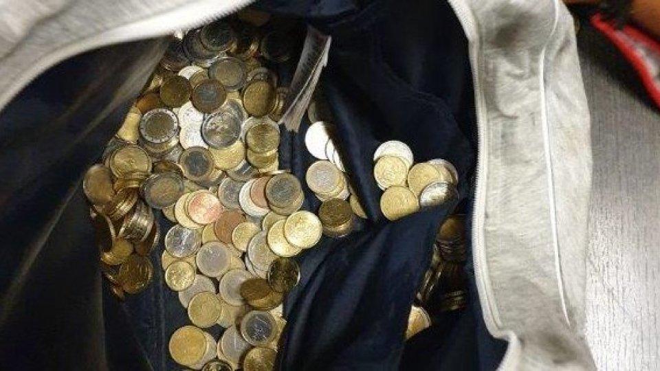 Ruba 2200 euro in monetine scassinando i parchimetri, arrestato a Riccione