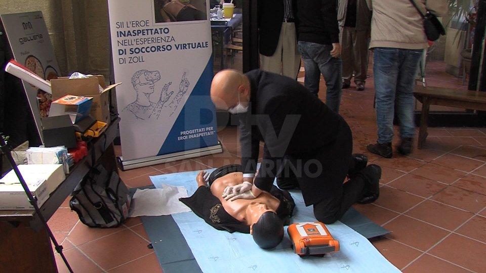 Il Segretario Roberto Ciavatta effettua una simulazione di massaggio cardiaco