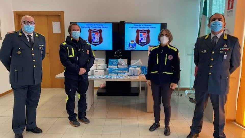 La Guardia di Finanza di Rimini dona 3.265 mascherine alla Protezione Civile