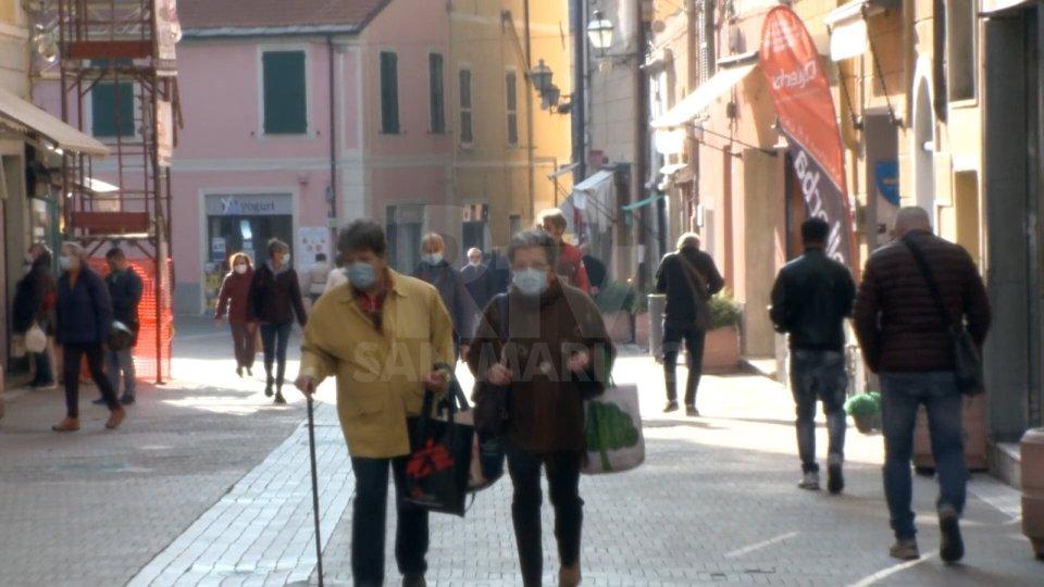 Emilia Romagna emette l'ordinanza anti assembramenti: negozi chiusi nei festivi