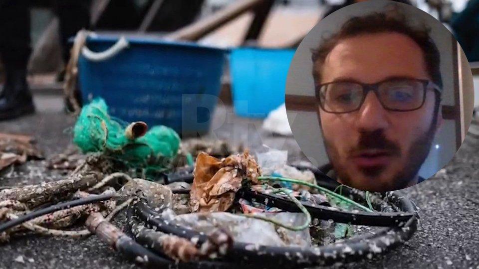 """In Romagna i pescatori si trasformano in """"spazzini del mare"""", per liberare le acque da plastica e rifiuti"""