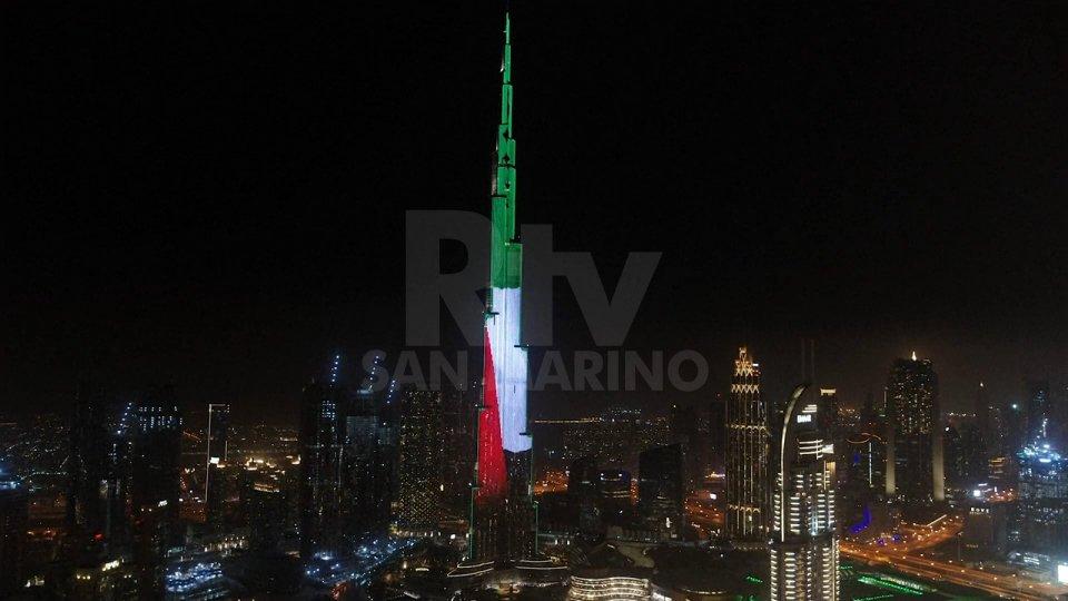 Il tradizionale spettacolo di luci e fuochi artificiali organizzato ogni anno al Burj Khalifa