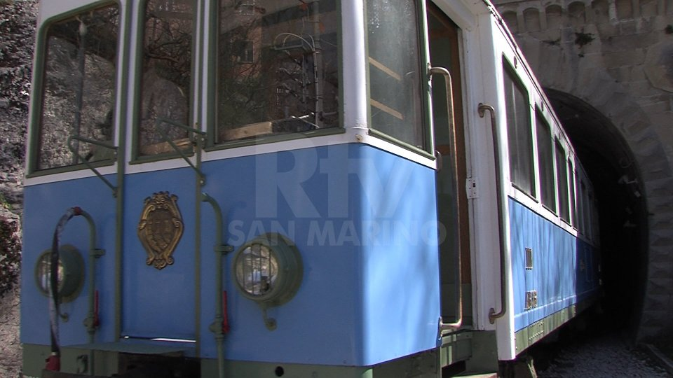 Il treno bianco-azzurro a San Marino Città