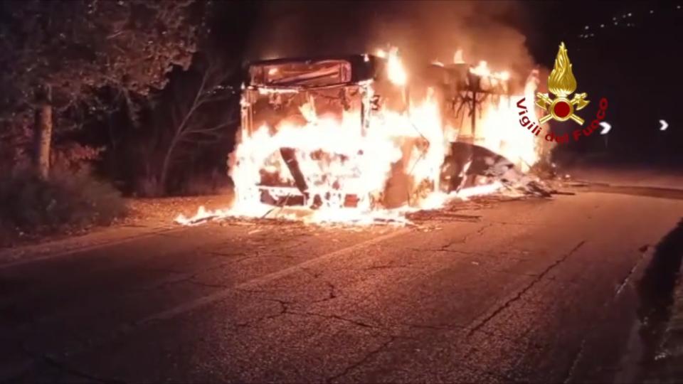 Montescudo: autobus prende fuoco durante il tragitto