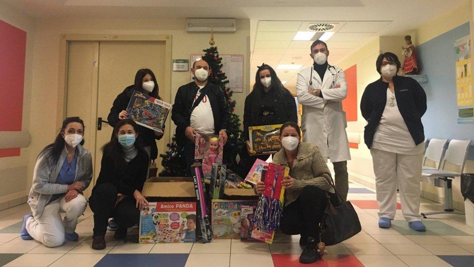 I genitori di un bimbo seguito dalla Pediatria fino alla fine regalano giocattoli al reperto dell'Infermi