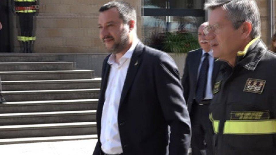 "Matteo Salvini fra i Vigili del FuocoLegittima difesa, Salvini: ""E' un sacrosanto diritto"""