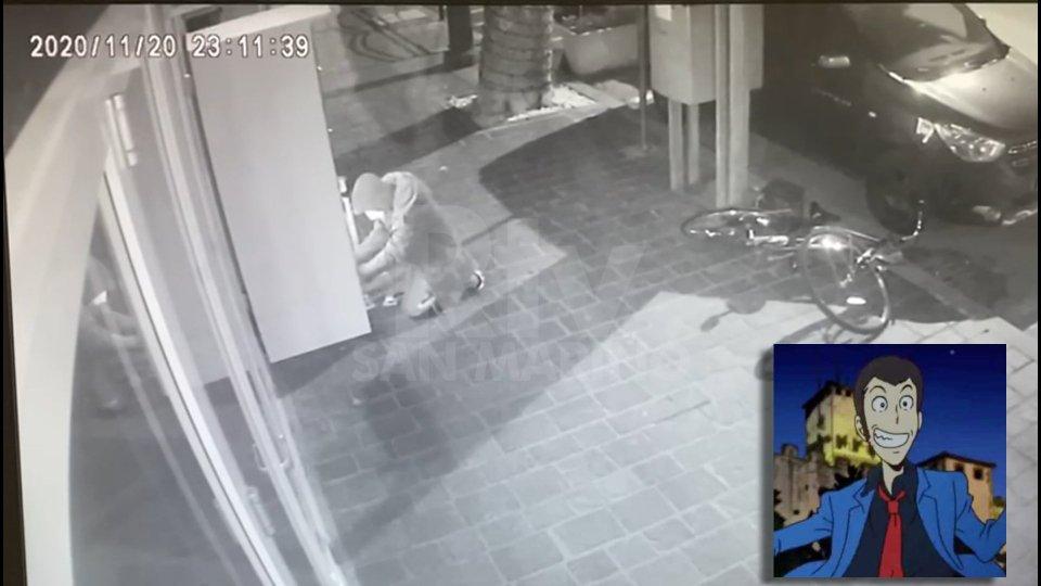"""Il ladro ripreso dalle telecamere. Nel riquadro il ladro dell'anime """"Lupin III"""""""