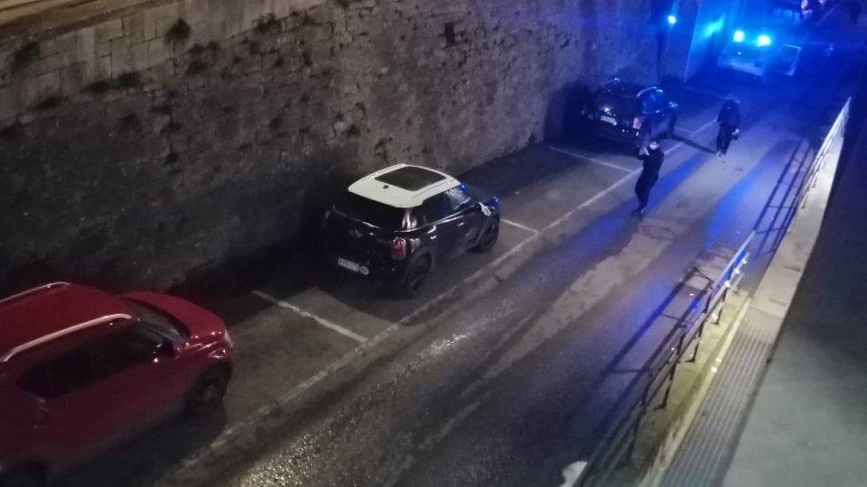 Contromano, danneggia sei auto in Città. Identificato il responsabile