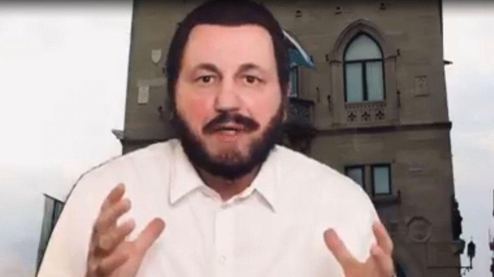 Sputnik: Carlo Frisi veste i panni di Salvini che si vaccina a San Marino