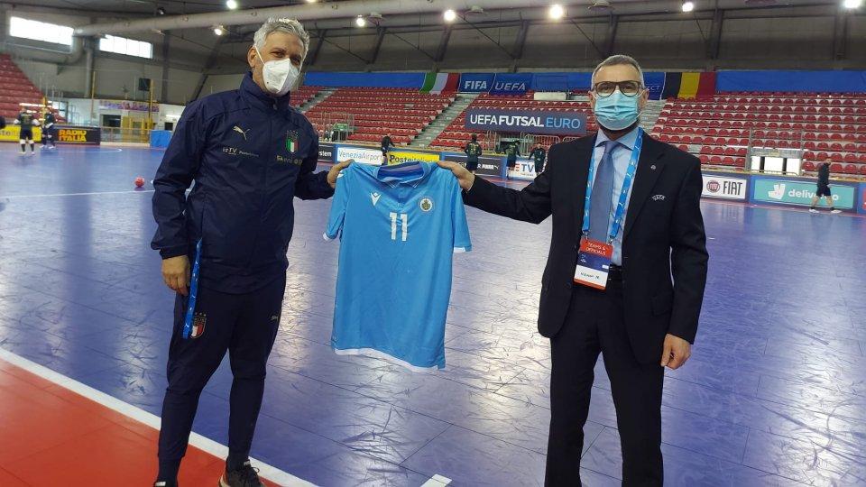 Una maglia della Nazionale Sammarinese per il CT italiano Massimiliano Bellarte
