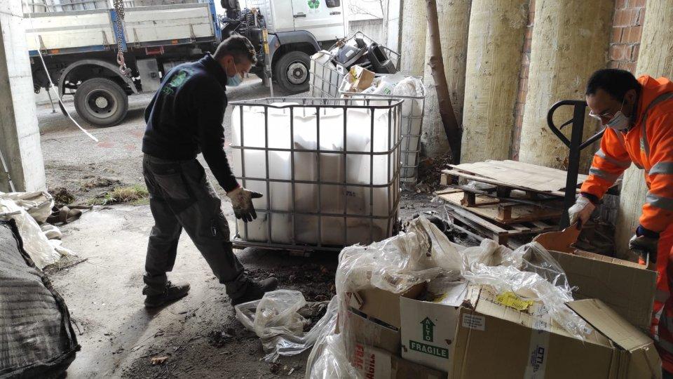 """Partite le operazioni di sgombero e smaltimento rifiuti nel sito gestito dalla ditta Ex-Beccari Srl. Canti: """"Una vittoria per tutto il Paese"""""""