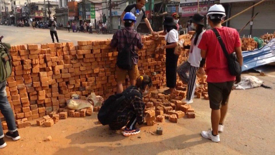 Myanmar: proseguono le proteste contro il golpe. Nella notte altre vittime