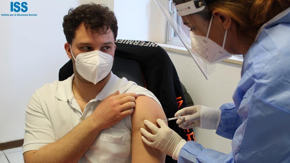 Il giovane infermiere Matteo Bedetti, primo vaccinato a San Marino, riceve il suo richiamo