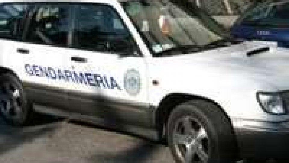 Gendarmeria ferma un'auto e trova un coltello serramanico