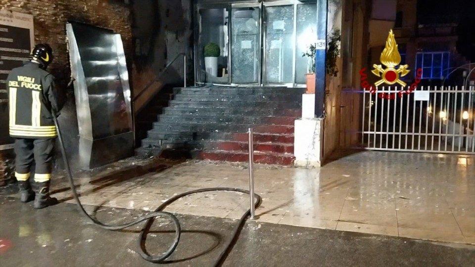 Rimini, in fiamme l'insegna di un hotel: intervento dei Vigili del Fuoco