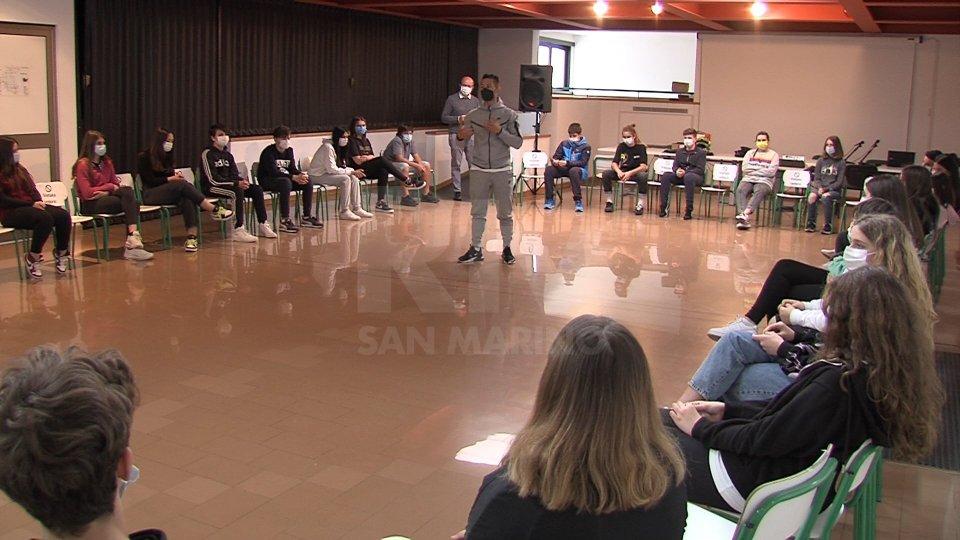 Educazione stradale nelle scuole: Manuel Poggiali in cattedra