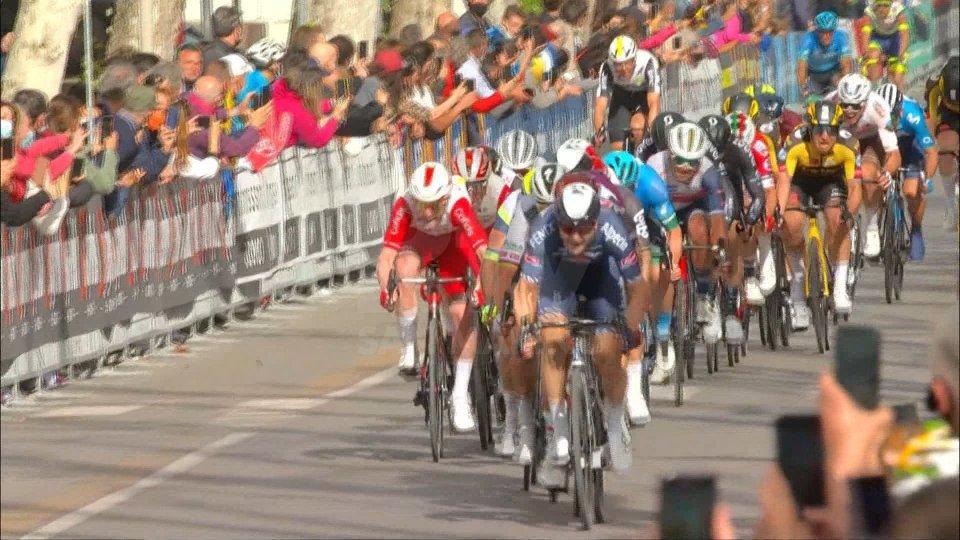 Giro d'Italia: a Cattolica vince Ewan, Landa si ritira