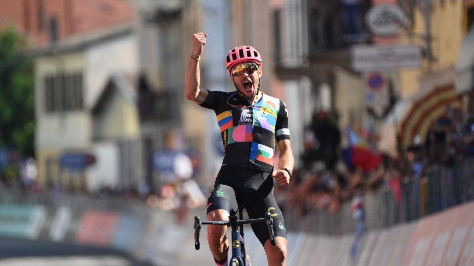 Giro: Alberto Bettiol vince a Stradella, Bernal sempre in rosa