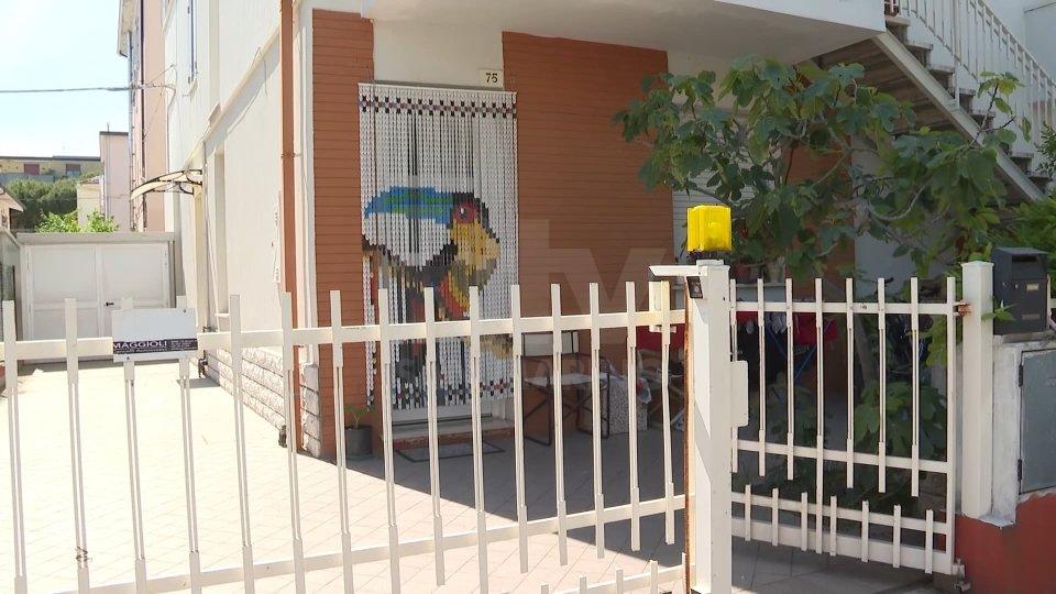 L'ingresso dell'appartamento a Miramare di RiminiOmicidio a Miramare, uomo di 35 anni trovato con la gola tagliata