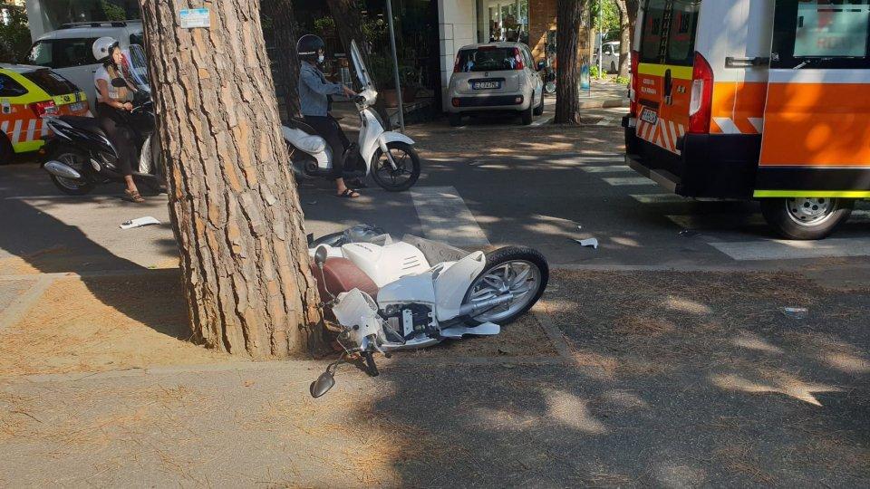 Auto centra scooter a Riccione: ragazza in ospedale