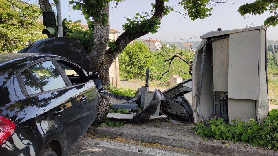 Montegiardino: auto esce di strada e distrugge semaforo