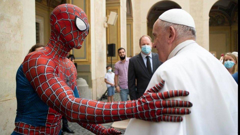Spiderman in udienza da Papa Francesco