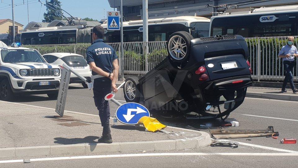 Rimini: auto sammarinese finisce cappottata dopo uno scontro