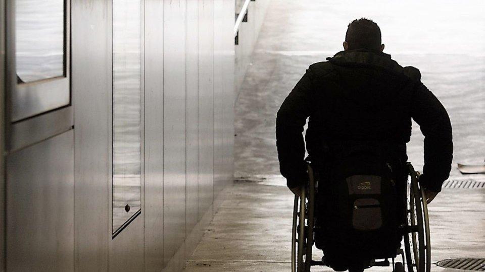 Fugge dal pronto soccorso su una sedia a rotelle