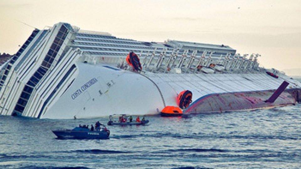 La nave Concordia riversa sul fianco