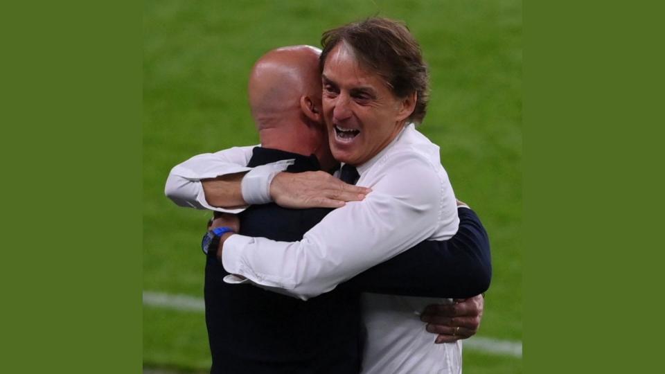 """""""Fratelli d'Italia"""": l'abbraccio tra Roberto Mancini e Gianluca Vialli"""