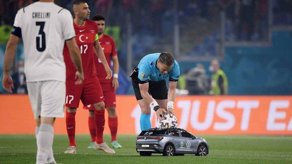 La vera protagonista degli Europei di calcio è una minicar radiocomandata