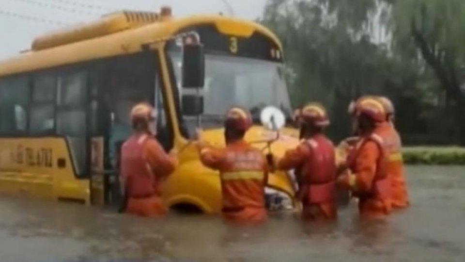 Maltempo e inondazioni in Cina: 12 morti nella metro di Zhengzhou