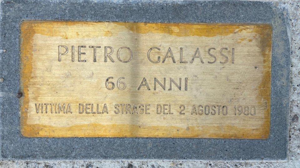 La pietra dedicata al professor Pietro Galassi, laureato in fisica e matematica e residente a Viareggio