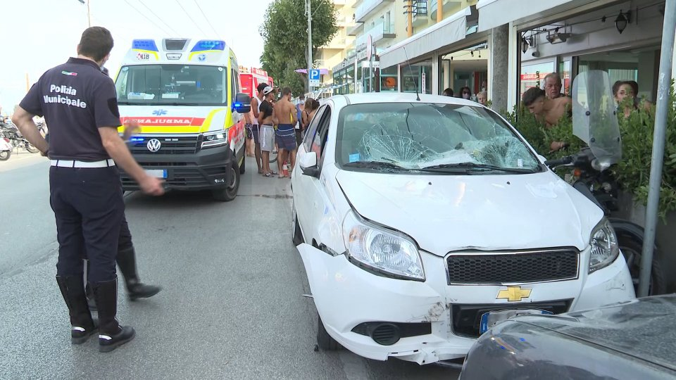 Rimini: auto colpisce un gruppo di 4 persone, alla guida una donna anziana