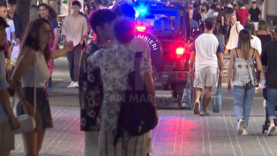 Riccione, aggressione in Viale Ceccarini: due turisti minacciati con coltello e derubati