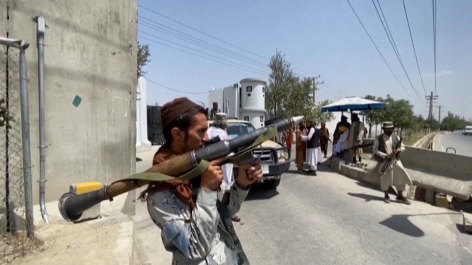 Kabul: prosegue il ponte aereo per evacuare le persone. Talebani  controllano le strade verso l'aeroporto