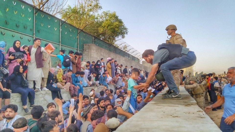 Kabul: il console Tommaso Claudi aiuta gli afghani nelle operazioni di evacuazione