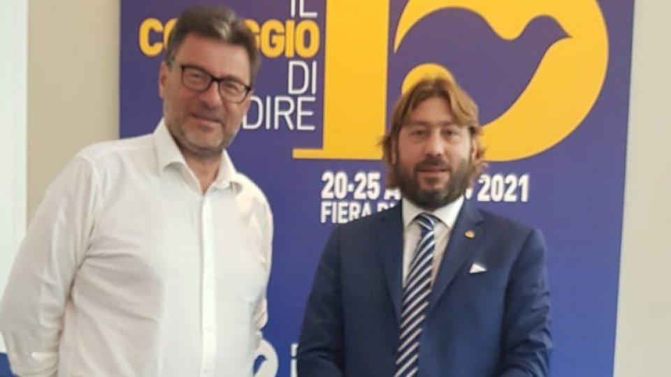 Il Segretario Federico Pedini Amati e il Ministro Giancarlo Giorgetti a colloquio al Meeting di Rimini per ampliare la collaborazione in tema Poste